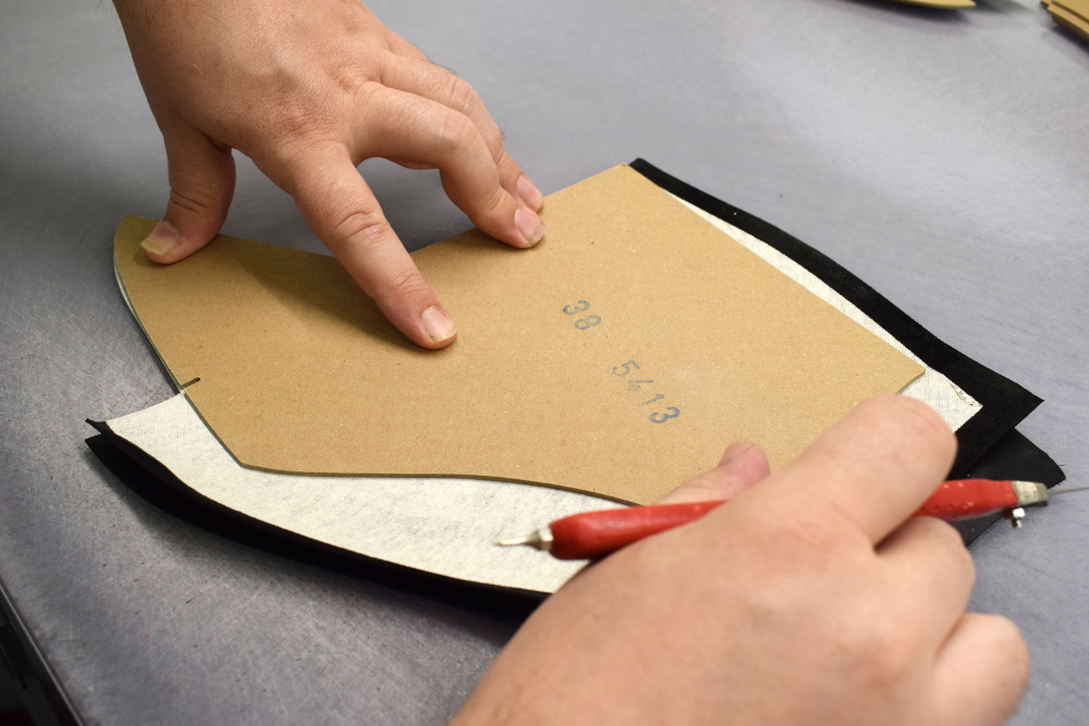 hand-cut leather in italy - Artisan Handicraft in venice
